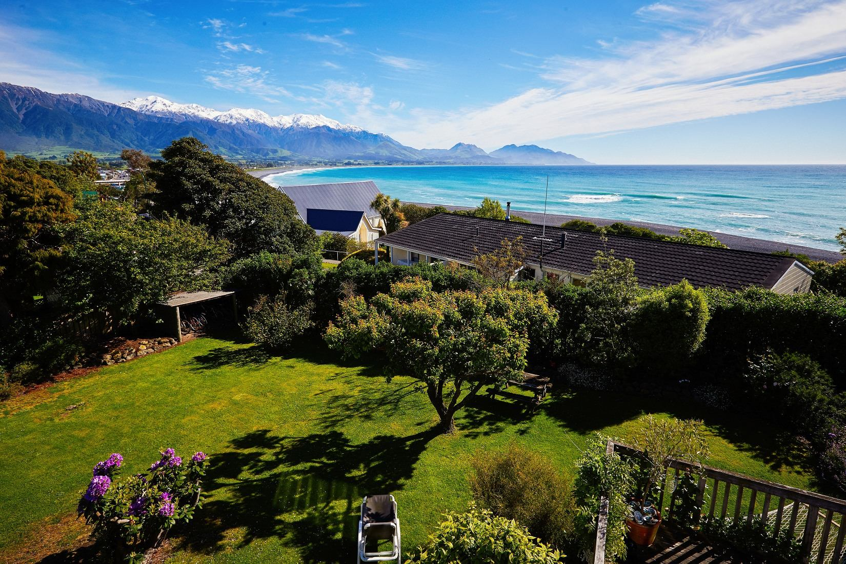 Dolphin Lodge Backpackers - ocean and mountain views